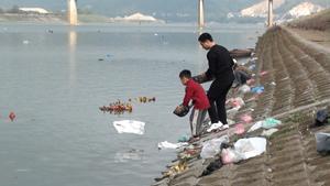 Hàng nghìn chiếc túi nilon, tàn tro các loại được đổ ra sông, vấn đề về vệ sinh môi trường trên sông Đà mỗi dịp cúng Táo quân đang rất cần được quan tâm.