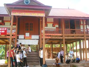Nhà văn hóa xóm Báo, xã Bao La (Mai Châu) được thiết kế, xây dựng hợp với thuần phong, mỹ tục, thu hút đông đảo người dân đến tham gia sinh hoạt cộng đồng. Ảnh: T.H