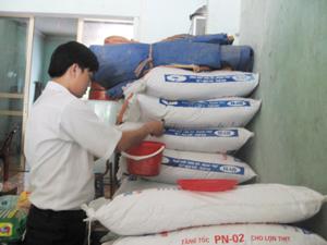 Kiểm tra chất lượng hoạt động tại một cơ sở SXKD vật tư nông nghiệp thuộc Khu 6, thị trấn Mường Khến, huyện Tân Lạc.