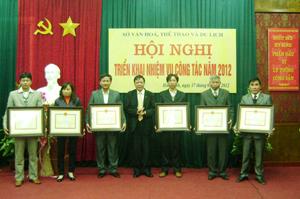 Lãnh đạo Sở VH- TT & DL trao bằng khen của Bộ VH, TT & DL cho cá nhân, tập thể có thành tích xuất sắc trong năm qua.