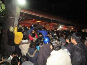 Cảnh khách thập phương chen chúc lấy ấn của lễ hội khai ấn xuân Tân Mão - 2011 sẽ được xoá sổ?