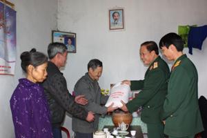 Thay mặt lãnh đạo Bộ CHQS tỉnh, thiếu tướng Bùi Đình Phái, Chỉ huy trưởng Bộ CHQS tỉnh tặng quà cho hộ gia đình chính sách nghèo ở xã Khoan Dụ (Lạc Thủy) nhân dịp chuẩn bị đón Tết Nguyên đán 2012.
