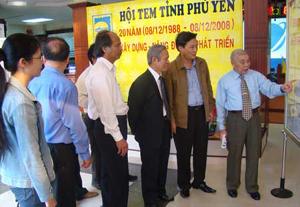 Ông Hoàng Sỹ Huỳnh giới thiệu bộ sưu tập tem nhân kỷ niệm 20 năm thành lập Hội tem Phú Yên.
