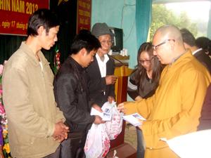 Ban đại diện Phật giáo thành phố Hoà Bình tặng quà cho các hộ nghèo xã Phú Minh (huyện Kỳ Sơn).