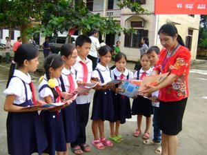 Học sinh xã Mãn Đức (Tân Lạc) được tuyên truyền, phổ biến về quyền bình đẳng giới trong học tập, vui chơi.