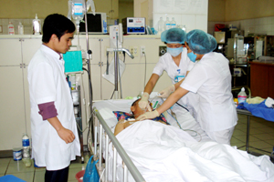 Các điều dưỡng khoa hồi sức cấp cứu (Bệnh viện đa khoa tỉnh)  ân cần chăm sóc bệnh nhân bị suy thận trong thời điểm gần năm mới.
