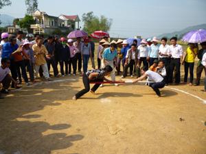 Các trò chơi dân gian được tổ chức tại Hội xuân Văn hóa – Thể thao Kỳ Sơn năm 2011 đã thu hút đông đảo nhân dân tham gia.
