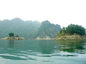 Bức tranh phong cảnh vùng lòng hồ Hòa Bình được ví như một Hạ Long thu nhỏ.