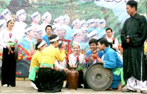 Các chàng trai, cô gái Mường chung vui bên vò rwowuj cần tại lễ hội Khai hạ Mường Bi năm 2011.  (ảnh: Hồng Duyên)