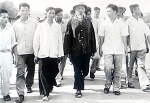 Bác Hồ thăm trường Thanh niên  lao động XHCN Hòa Bình,  ngày 17/8/1962. Ảnh: T.L