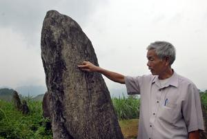 Những dòng văn tự cổ được khắc trên đá đã ghi lại chủ nhân của khu mộ cổ là Đô đốc Uy lộc hầu Đinh Công Kỷ.