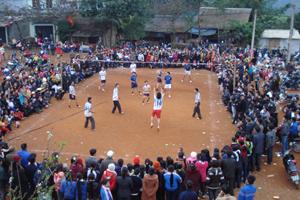 Thi đấu bóng chuyền trong khuôn khổ lễ hội Xuống Đồng, xã Xuân Phong.