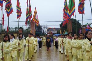 Lễ rước bóng Quốc Mẫu Hoàng Bà và tam vị Tản Viên Sơn Thánh ra sân hội.