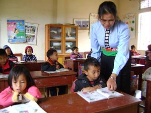 Học sinh trường tiểu học Tân Pheo A (Đà Bắc) được cô giáo hướng dẫn tận tình về sức khỏe giới tính phù hợp với lứa tuổi học sinh.