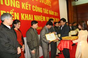 Đồng chí Đinh Văn Hòa, Giám đốc Sở TN-MT trao giấy khen cho những tập thể có thành tích trong thực hiện chuyên môn nghiệp vụ năm 2011.