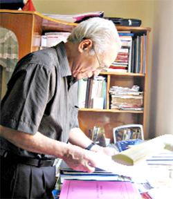 Đã gần 80 tuổi nhưng nhà nghiên cứu văn hóa, NSưT Bùi Chí Thanh vẫn miệt mài tìm hiểu để cho ra đời những tác phẩm nghiên cứu giá trị về văn hóa cồng chiêng dân tộc Mường Hòa Bình.