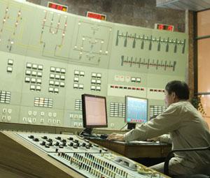 Nhà máy thủy điện Hòa Bình là công trình đầu mối quốc gia công suất đạt 8x240MW. (Ảnh: Công nhân Nhà máy thủy điện Hòa Bình kiểm tra thông số kỹ thuật tại Trung tâm điểu khiền tổ máy phát điện).