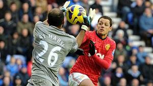 Hernandez (áo đỏ) mở đầu chiến thắng 4-0 cho M.U.
