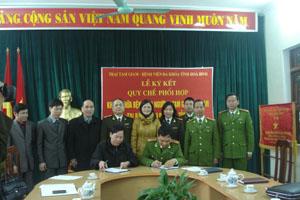 Lãnh đạo Bệnh viện đa khoa tỉnh và Trại tạm giam Công an tỉnh ký kết quy chế.