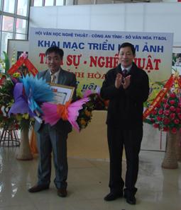 Đ/c Bùi Văn Cửu, Phó Chủ tịch TT UBND tỉnh trao giấy chứng nhận, hoa và giải thưởng cho tác giả Nguyễn Xuân Thanh (giải nhất).