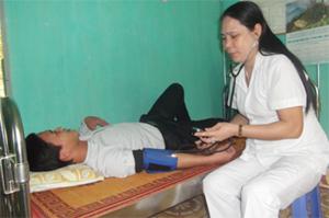 Cán bộ Trạm y tế xã Tân Minh (Đà Bắc) khám cho người bệnh có triệu chứng sốt rét.