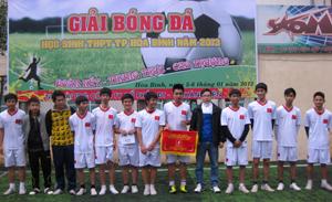 BTC trao giải cho đội giành giải nhất.
