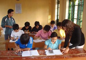 """Học tập và làm theo tấm gương đạo đức Hồ Chí Minh, trường THCS xã Phong Phú (Tân Lạc) đã cụ thể hóa bằng việc thực hiện tốt CVĐ """"Hai không"""" trong trường học."""