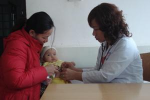 Bác sĩ khoa Nhi (Bệnh viện đa khoa tỉnh) khám cho bệnh nhi bị viêm phế quản phổi.