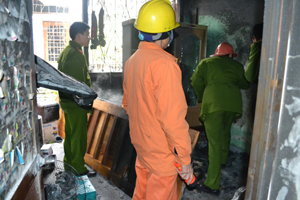Cán bộ kiểm tra của phòng Cảnh sát PCCC&CNCH đang điều tra nguyên nhân vụ cháy.