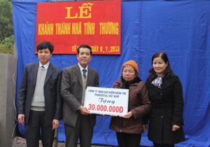 Đại diện lãnh đạo Hội CTĐ thành phố Hòa Bình và các đơn vị tài trợ trao nhà cho gia đình bà Đào Thị Hợi.