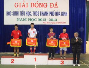 Lãnh đạo UBND thành phố Hòa Bình trao giải nhất khối THCS cho trường THCS Đồng Tiến.