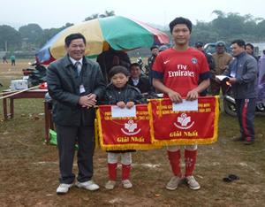 Lãnh đạo phòng GD&ĐT huyện trao cờ, giải thưởng cho 2 đội đoạt giải nhất.