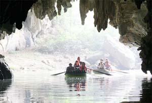 Đường vào hang Luồn với các nhũ đá rủ xuống như bức màn che.