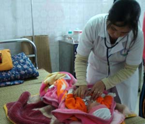 Bác sĩ khoa Nhi (Bệnh viện đa khoa tỉnh) kiểm tra tình trạng sức khỏe của trẻ bị tiêu chảy.