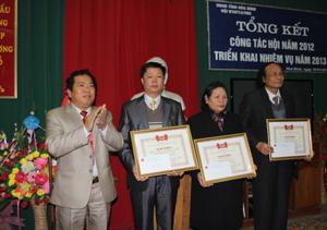 Lãnh đạo Sở LĐ-TB&XH trao bằng khen của T.Ư Hội cho các tập thể, các nhân có thành tích xuất sắc trong công tác bảo trợ NTT&TMC năm 2012.