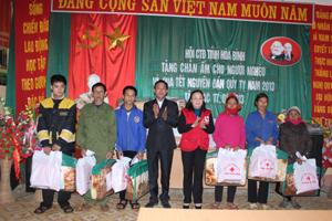 Lãnh đạo Hội CTĐ tỉnh tặng quà cho các đối tượng là người nghèo, người khuyết tật, nạn nhân CĐDC có hoàn cảnh khó khăn tại xã Nam Sơn.