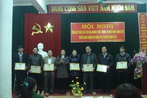 Lãnh đạo Đài PT-TH tỉnh tặng giấy khen cho 7 Đài TT-TH các huyện có thành tích năm 2012.