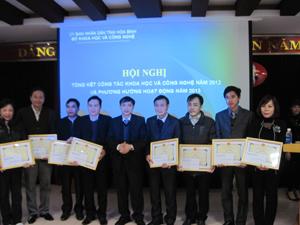 Lãnh đạo Sở KHCN tặng giấy khen cho các tập thể lao động tiên tiến.