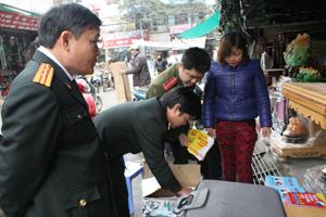 Đoàn kiểm tra liên ngành tiến hành tịch thu các loại sách có nội dung mê tín dị đoan tại chợ Phương Lâm (TPHB).