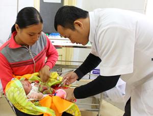 Cán bộ y tế Bệnh viện Đa khoa huyện Mai Châu tiêm vắcxin viêm gan B cho trẻ trong 24 giờ sau sinh.