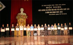 Tổ chức thành công Hội nghị biểu dương Gia đình văn hóa tiêu biểu xuất sắc 5 năm tỉnh Hòa Bình giai đoạn 2007 – 2012 là một trong 10 sự kiện nổi bật của ngành VH-TT&DL. Trong ảnh: Lãnh đạo Sở VH-TT&DL trao giấy khen cho các gia đình văn hóa tiêu biểu xuất sắc.