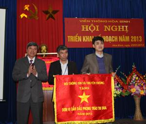 Được ủy quền của Bộ TT-TT, đồng chí Trần Đăng Ninh, Phó Chủ tịch UBND tỉnh trao Cờ Thi đua xuất sắc cho các tập thể thuộc VNPT Hòa Bình.