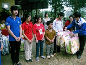 Lãnh đạo Hội LHTN thành phố trao chăn ấm cho trẻ em tàn tật tại Trung tâm dạy nghề tư thục Long Thành.