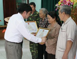 Hộ bà Kiều Thị Chà, tiểu khu CK2, thị trấn Lương Sơn được UBND huyện tặng giấy khen tại hội nghị biểu dương gia đình văn hoá tiêu biểu xuất sắc huyện Lương Sơn giai đoạn 2007- 2012.