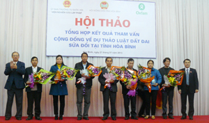 Đại diện Viện nghiên cứu lập pháp (UBTVQH) tặng Kỷ niệm chương cho các nhóm nông dân trực tiếp tham vấn Dự thảo Luật Đất đai 2013.