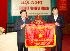 Phòng VH, TT huyện Tân Lạc được Bộ VH, TT &DL tặng Cờ thi đua xuất sắc.