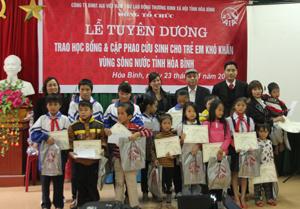 Lãnh đạo Sở LĐ-TB&XH, Công ty Bảo hiểm AIA Việt Nam tặng cặp phao, học bổng cho các em học sinh nghèo vượt khó học giỏi và trẻ em vùng sông nước của tỉnh.