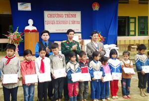 Đại diện Thành đoàn Hoà Bình, Đoàn TN Chi nhánh Viettel Hòa Bình tặng quà cho các em học sinh có hoàn cảnh khó khăn, vươn lên học tốt tại 2 trường tiểu học, THCS Ngọc Lâu.