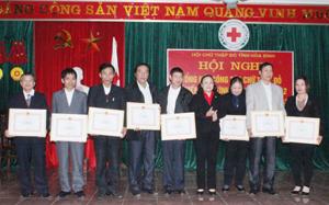 Lãnh đạo Hội CTĐ tỉnh trao bằng khen của T.Ư Hội cho các tập thể, cá nhân có thành tích xuất sắc năm 2012.