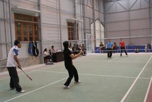 Hai đội Huyện ủy và UBND huyện tranh tài ở môn cầu lông nội dung đôi nam nữ.